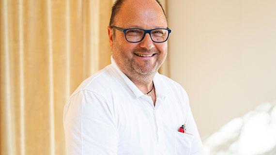 Porträtfoto: Heinz Gaier lacht in die Kamera.