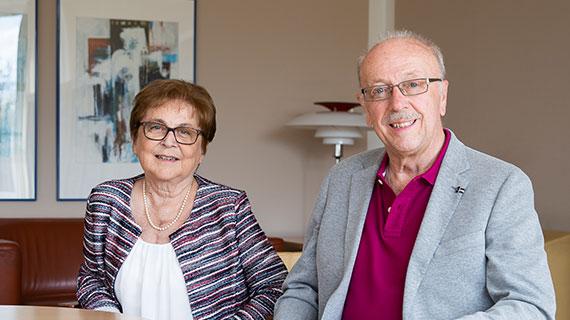 Renate und Werner S. lächeln in die Kamera.