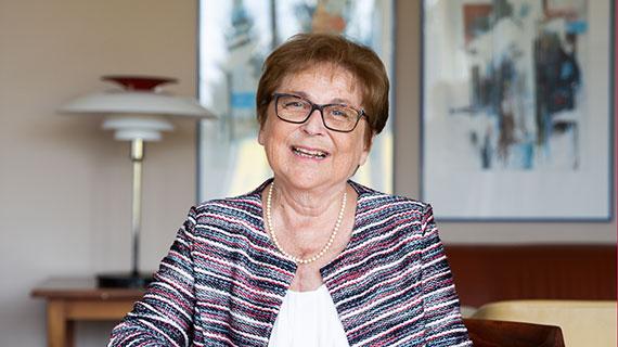 Porträtfoto: Renate S. lacht in die Kamera.
