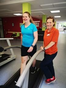 Für den ersten Kilometer zurück auf dem Laufband: Linda K. mit Sporttherapeutin Kathrin Duve in der Dr. Becker Rhein-Sieg-Klinik.