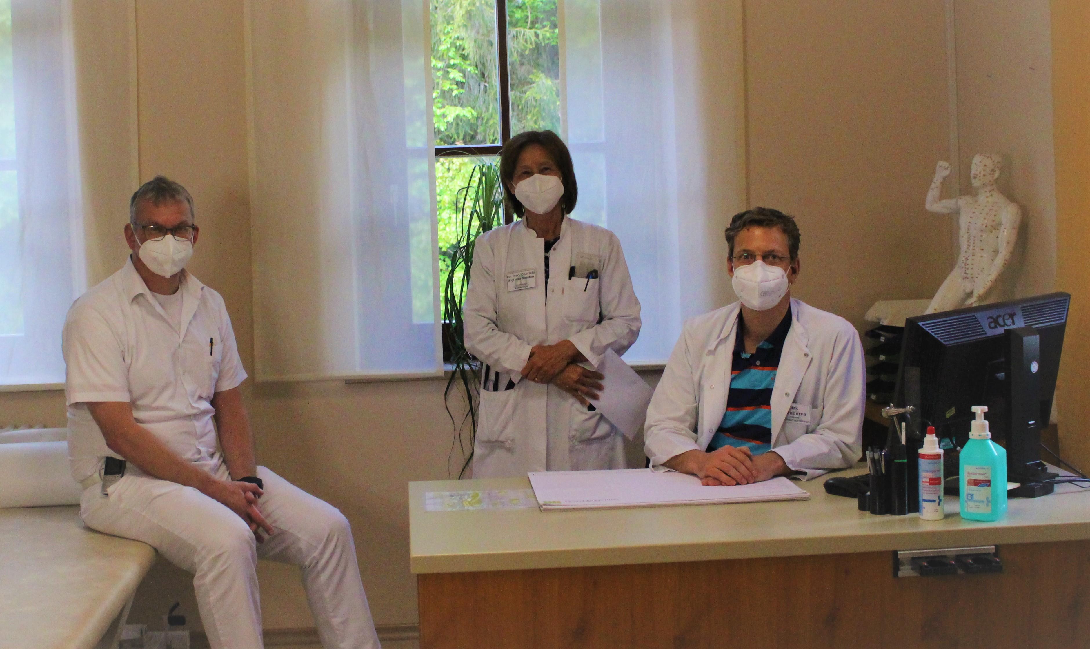 Corona-Impfungen sind für Rehabilitanden in der Asklepios Klinik Schaufling am Hausstein möglich: (v.l) Dr. Helge Matrisch (Ärztlicher Direktor und Chefarzt Neurologie), Dr. Gabriele von Sanden (Chefärztin Kardiologie) und Dirk Czauderna (Chefarzt Orthopädie)