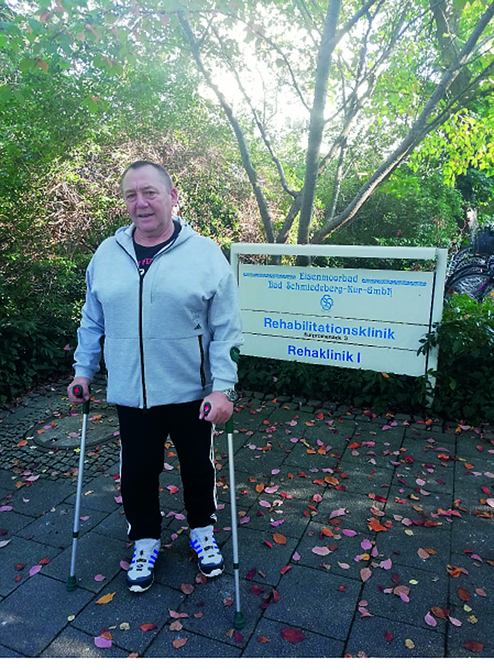 Klaus Grosser, noch mit Krücken, auf dem Gelände der Reha-Klinik