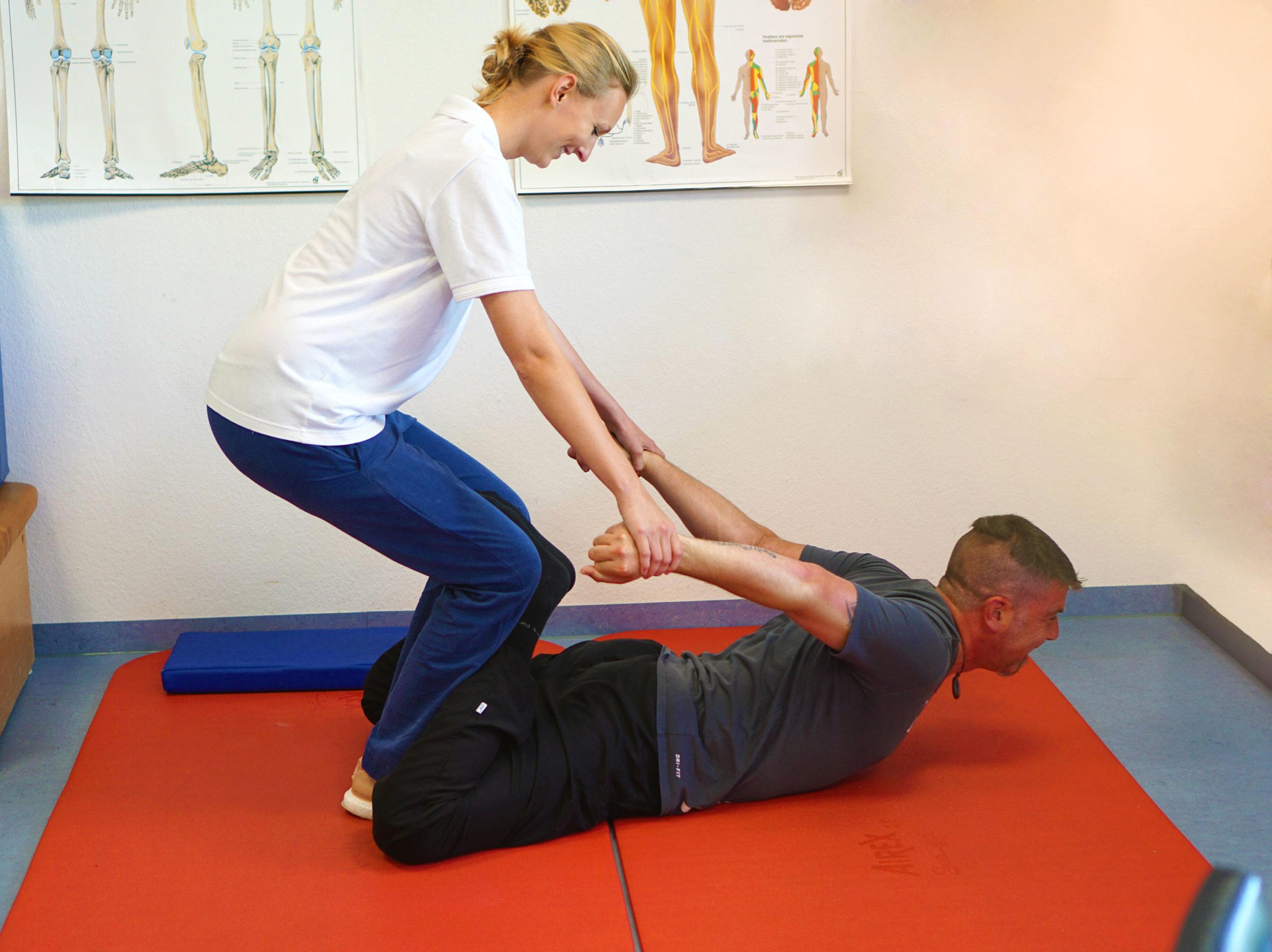 Patient Florian Haller bei einer Reha-Übung.