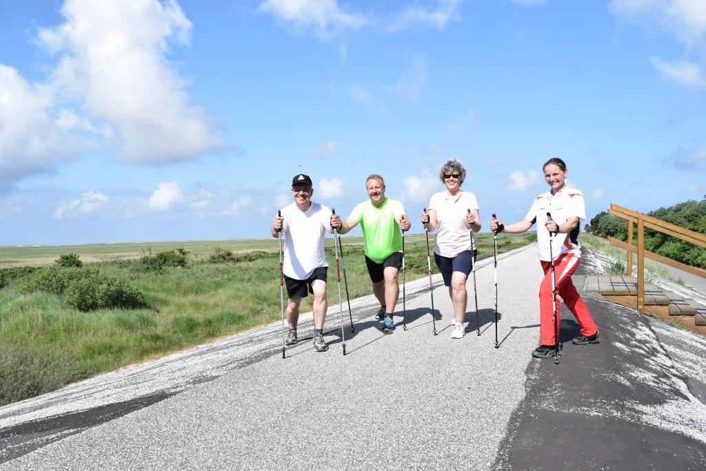 Abbildung: Patientinnen und Patienten der DRK-Nordsee-Reha-Klinik Goldene Schlüssel beim Nordic-Walking in St. Peter-Ording