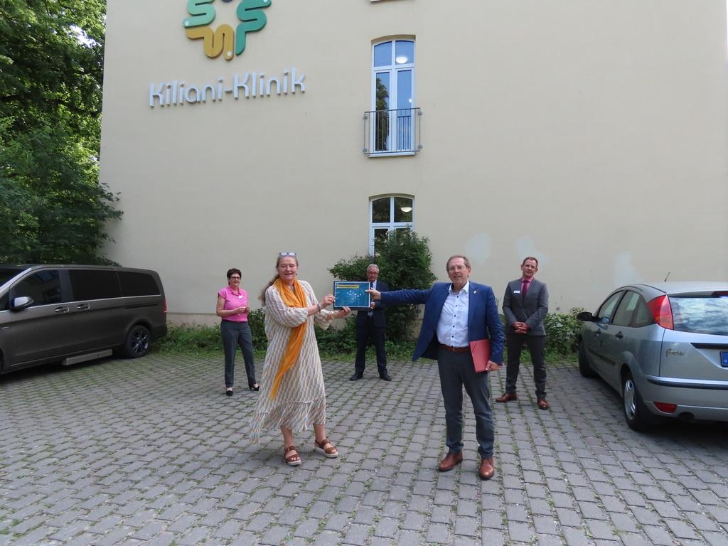 Die Geschäftsführerin der Dr. Becker Klinikgruppe, Dr. Ursula Becker (vorne), übergibt dem CSU-Landtagsabgeordneten Hans Herold ihre Forderungen nach einem Reha-Zukunftspakt.