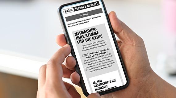 """Website """"Reha. Macht's besser!"""" auf einem Smartphone-Bildschirm."""