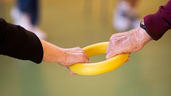 Zwei Hände greifen einen Therapiering.